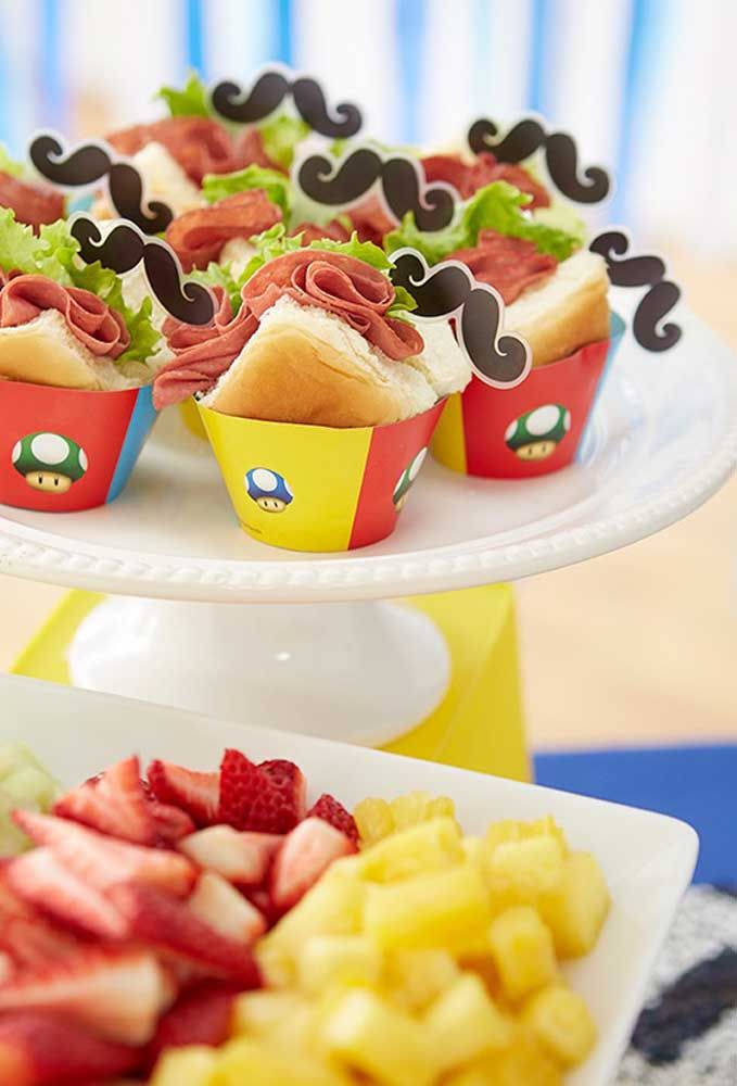 Que diriez-vous de servir des sandwichs dans des gobelets en papier et tous personnalisés?