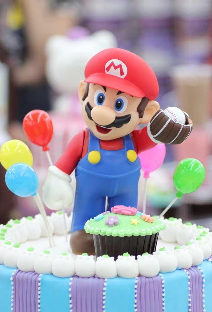 Sur le gâteau, placez la poupée Mario Bros.