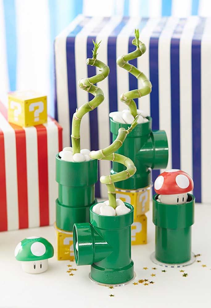 Prenez quelques tuyaux et peignez en vert et décorez avec quelques détails pour ressembler à certains éléments du gang de Mario Bros.