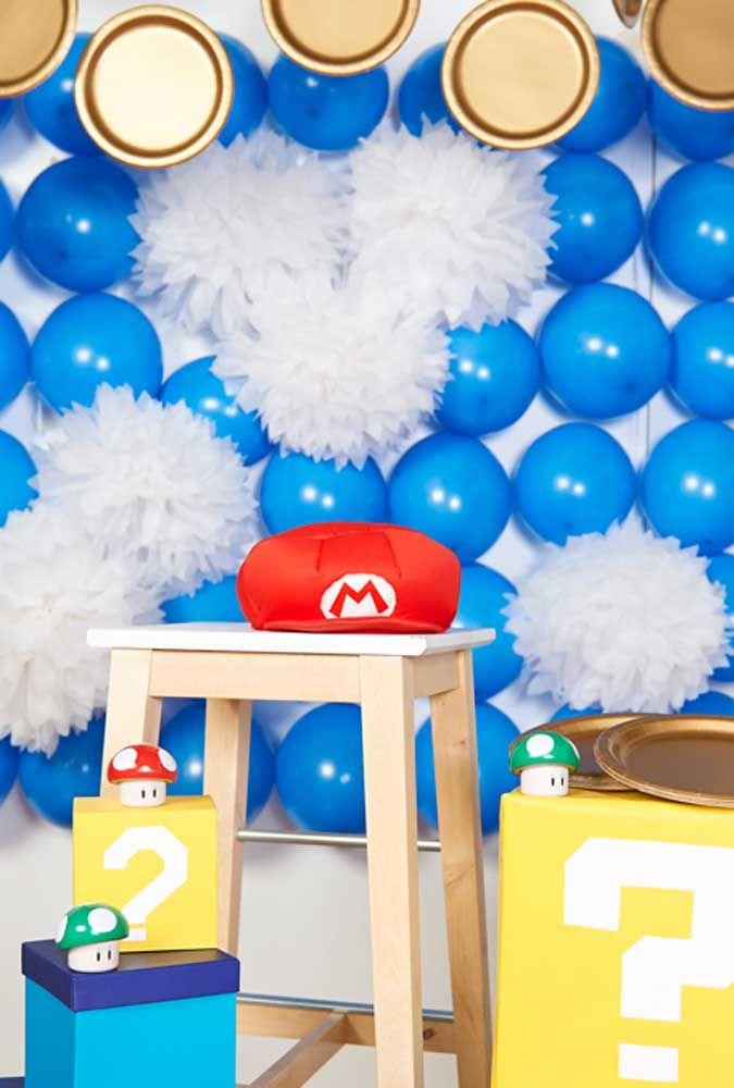 Préparez un beau panneau composé de ballons bleus.