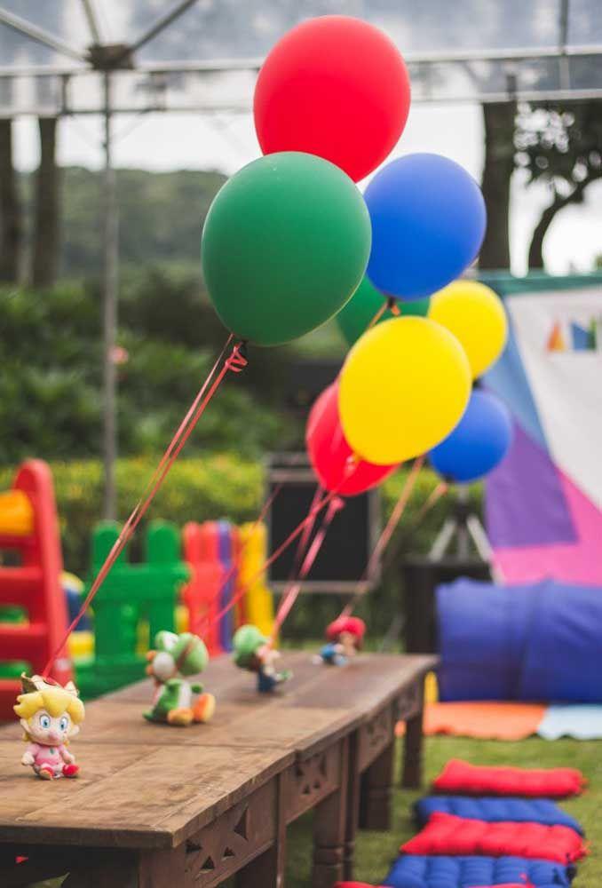 Voyez quelle idée originale d'attacher les rubans des ballons aux poupées des personnages.
