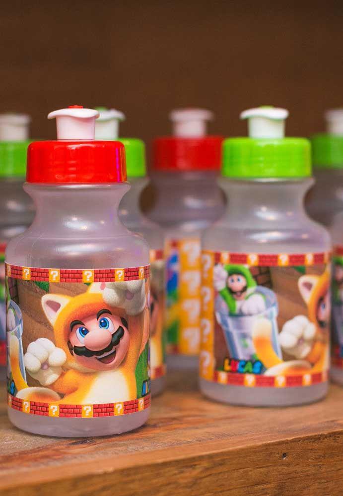 Distribuez des bouteilles d'eau aux enfants, mais personnalisez-les avec le thème de la fête.