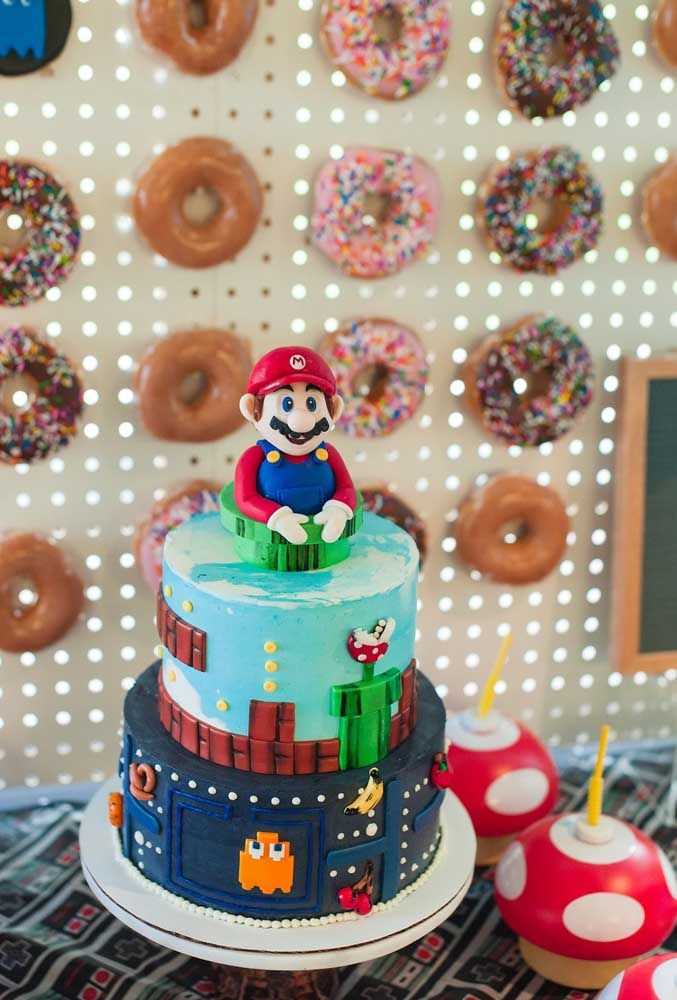 Si vous utilisez de la pâte américaine, vous pouvez créer les designs les plus différents pour le gâteau de fête.