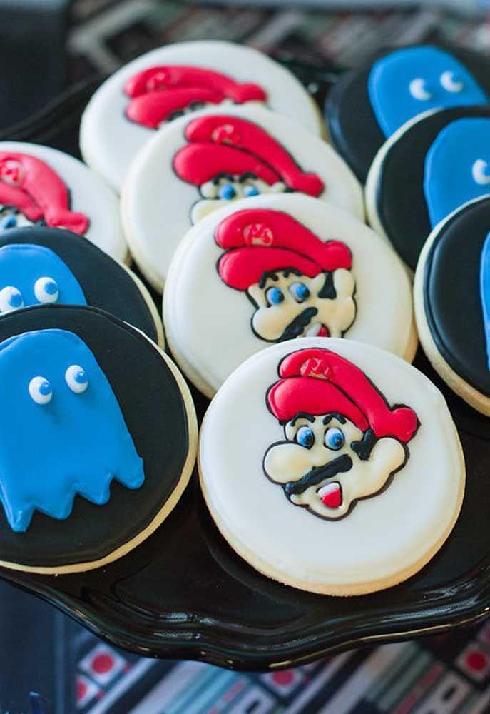 Utilisez de la pâte américaine pour personnaliser les caractères sur les biscuits et les craquelins.