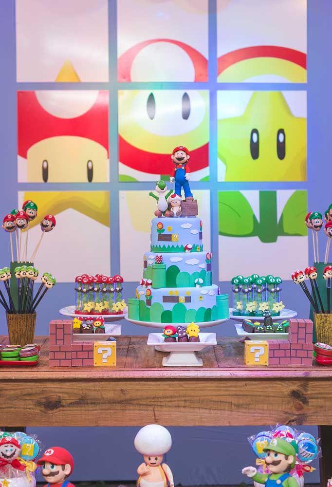 Envie de la table d'anniversaire avec un énorme gâteau et beaucoup de friandises.  Pour décorer, utilisez des poupées des personnages et faites un beau panneau.