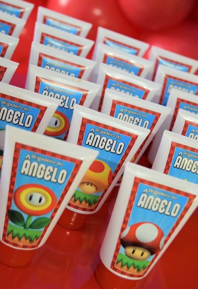 Qui n'aime pas brigadeiro?  Profitez-en pour le servir à l'intérieur du tube.  Placez une image sur l'emballage pour le personnaliser.