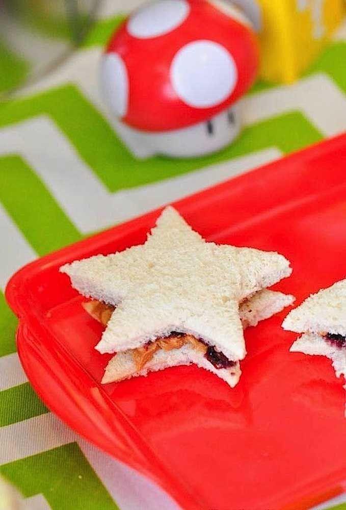 Découpez les sandwichs en forme de petites étoiles.