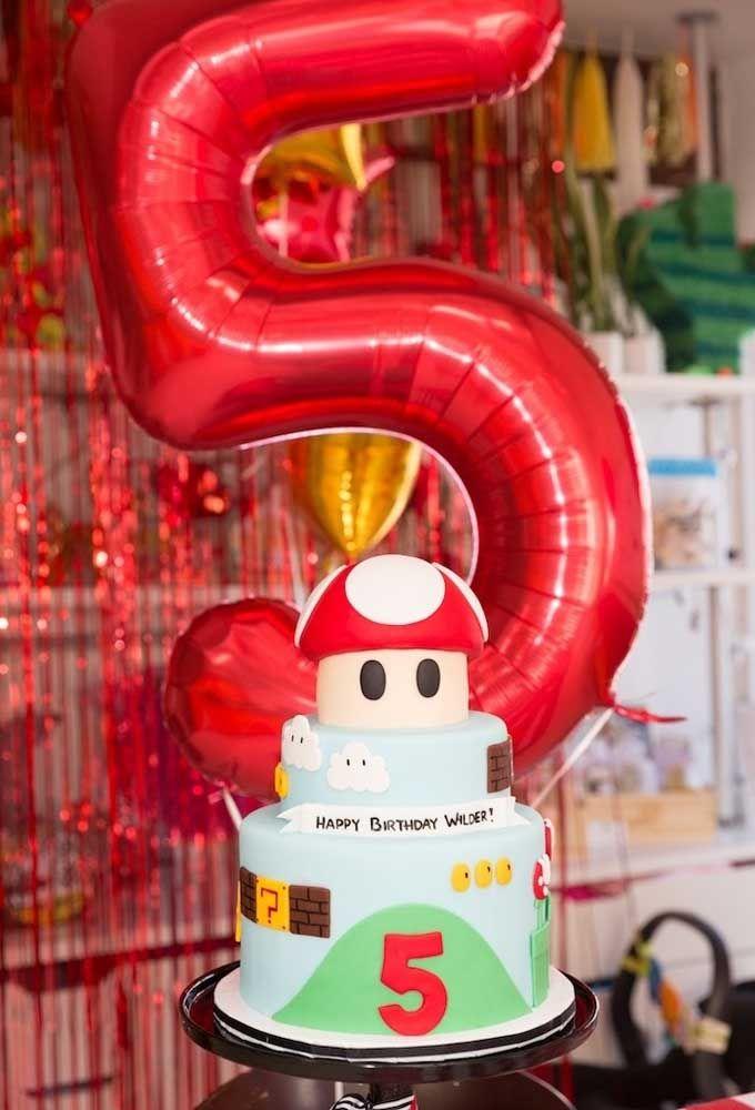 Pour illustrer l'âge du garçon d'anniversaire, utilisez le ballon métallique dans la couleur du thème de la fête.