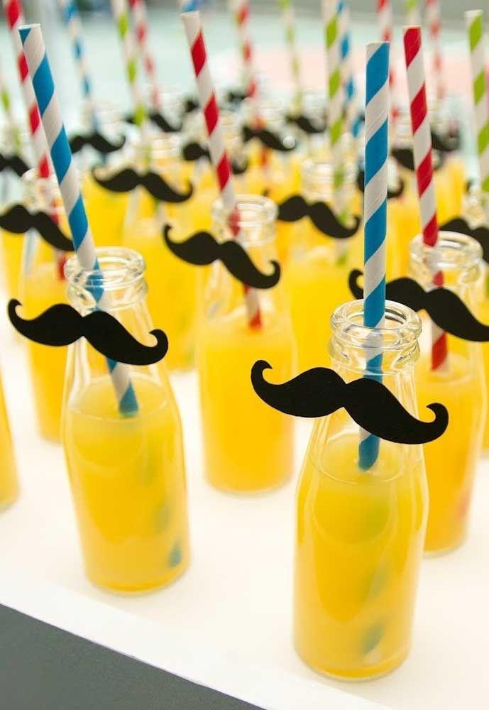 Décorez les bouteilles de jus avec la moustache Mario Bros.