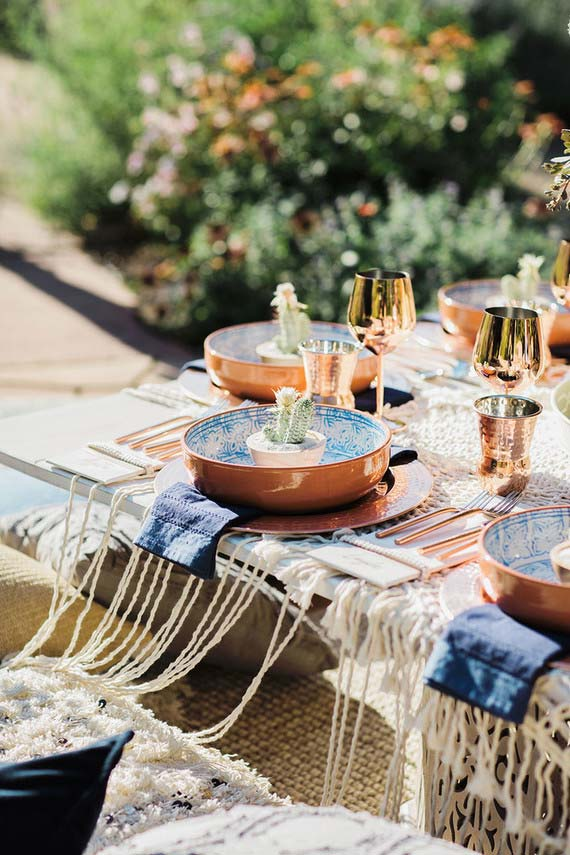 La vaisselle en cuivre fait le grand charme de cette table