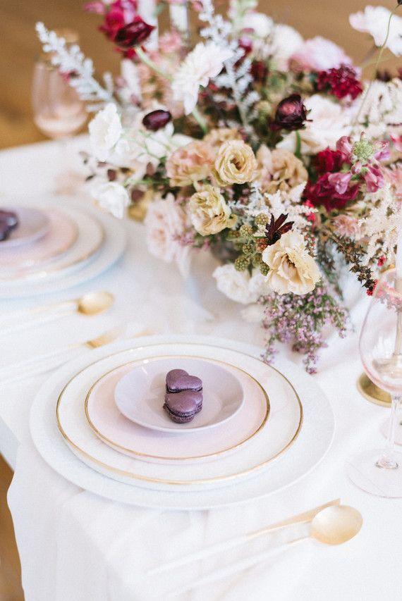 Les fleurs complètent le décor de la table