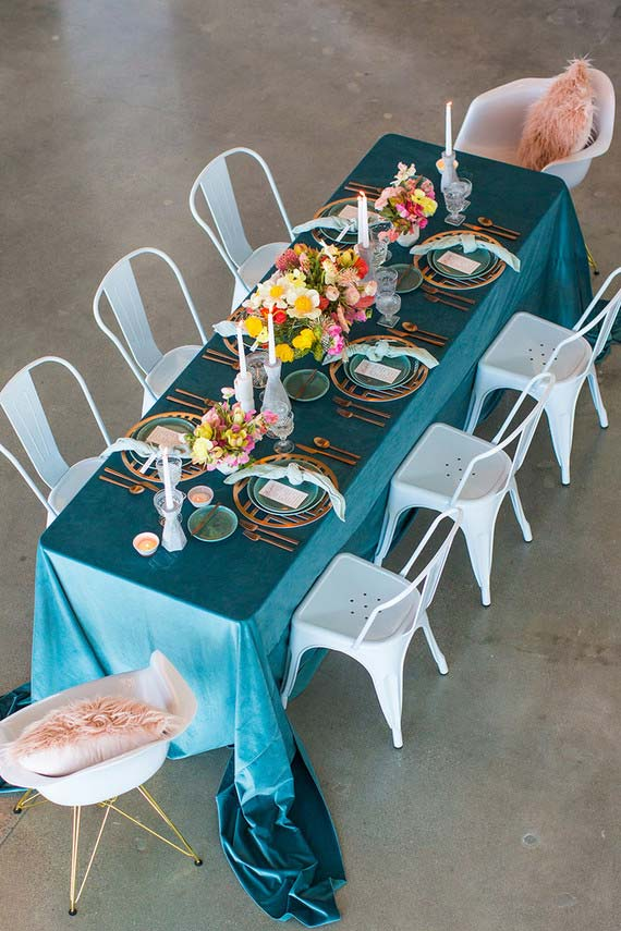 Nappe bleue sur la table dressée