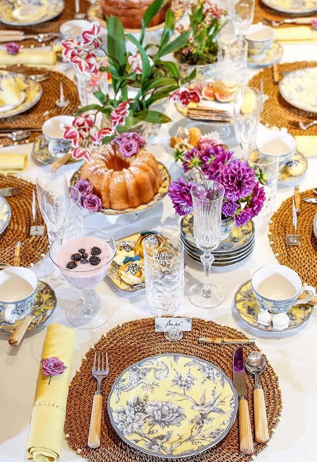 Table dressée pour le petit déjeuner
