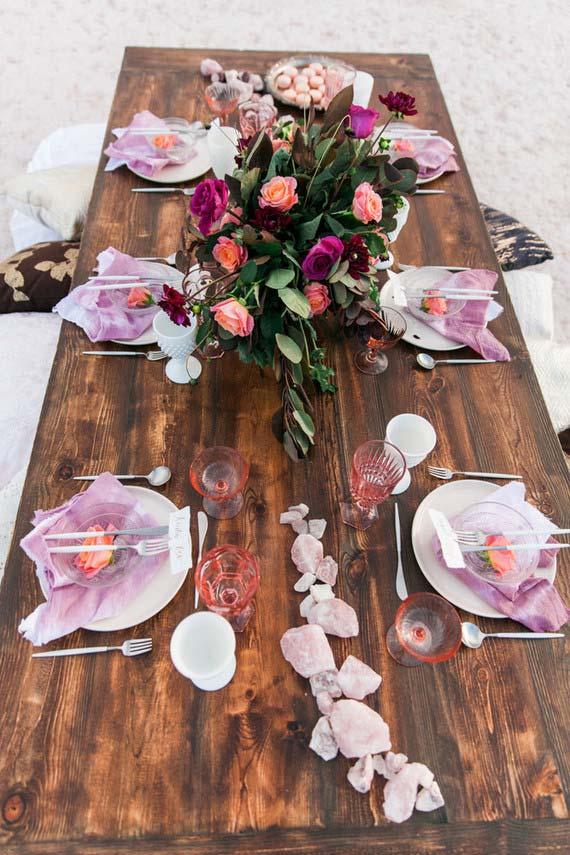 Table rustique avec des pierres brutes dans la décoration