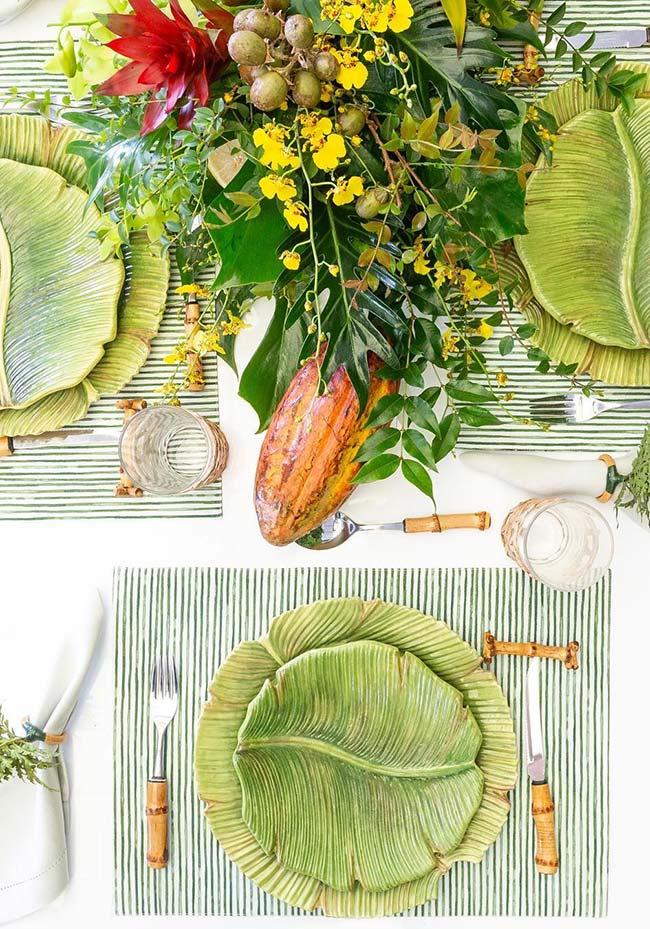 Plats en céramique sur la table dressée