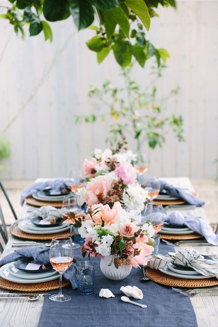 Combinaison de blanc et de bleu sur la table