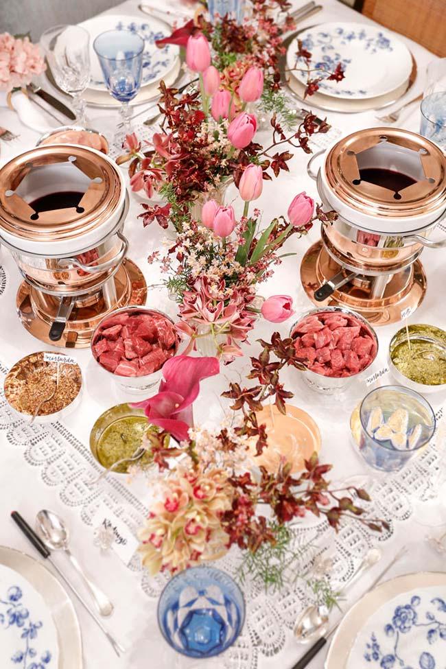 Set de table pour le dîner avec fondue