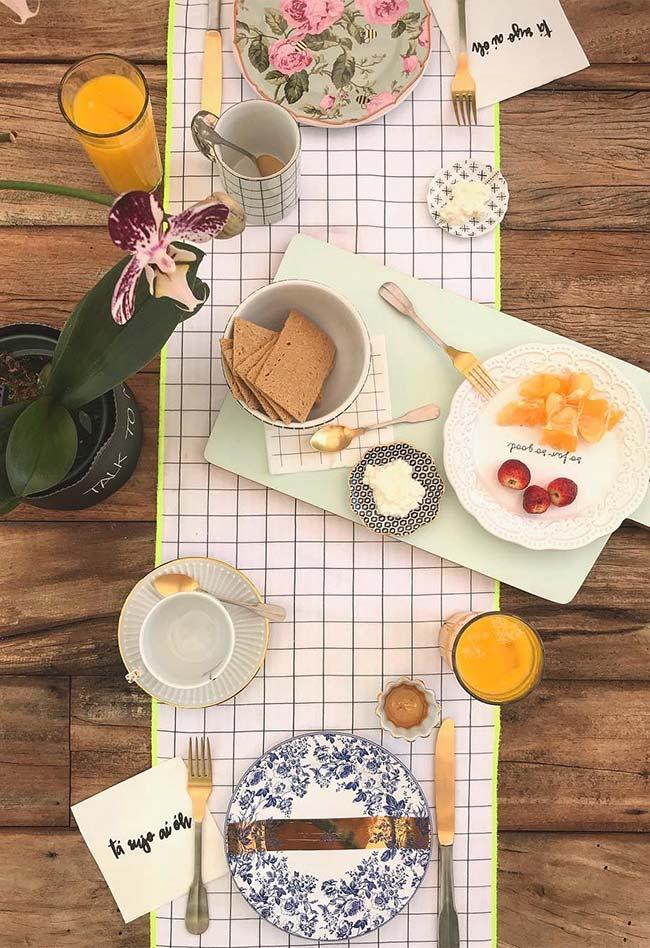 Table dressée pour le petit-déjeuner pour deux