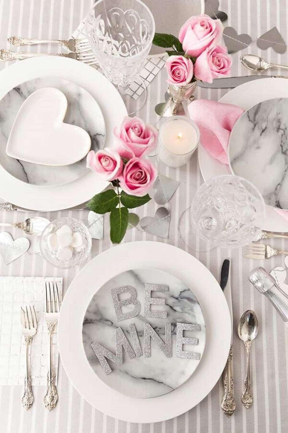 Table dressée pour un repas romantique