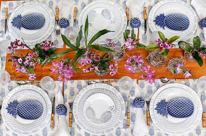 Des ananas décorent cette table