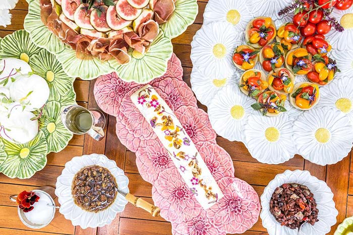 La vaisselle en céramique en forme de fleur ne nécessite pas d'autres arrangements sur la table