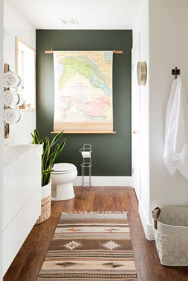 Salle de bain avec mur vert mousse
