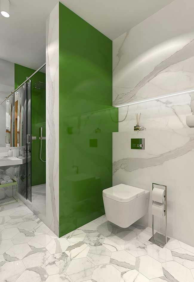 Mur végétal et marbre blanc