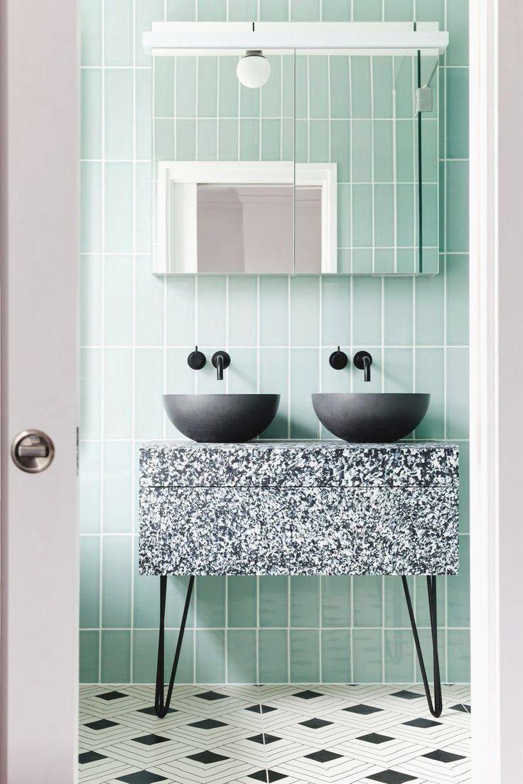 Mur vert menthe dans la salle de bain