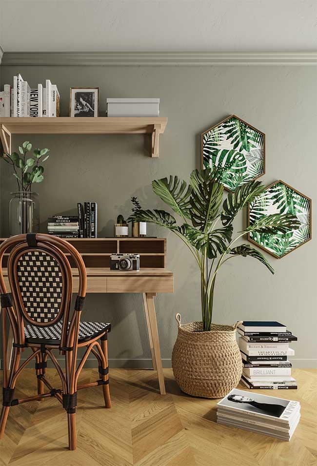 Pour rappeler encore plus la nature, combinez le mur végétal avec des éléments en bois